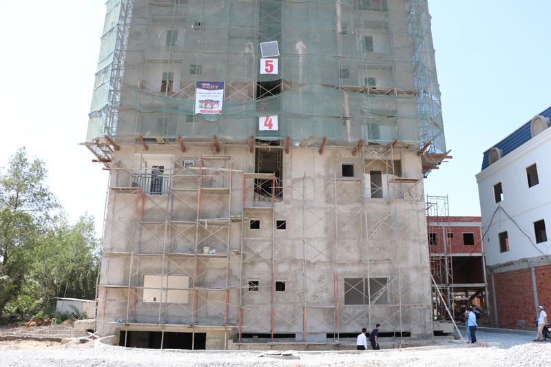 Một góc block chung cư CC1 (nhà ở xã hội) tại xã Sơn Đông, TP. Bến Tre đang hoàn thiện hạ tầng.