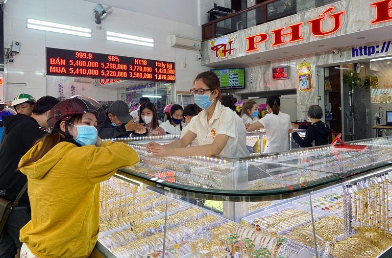 Người dân mua vàng tại tiệm vàng Phú Hào.