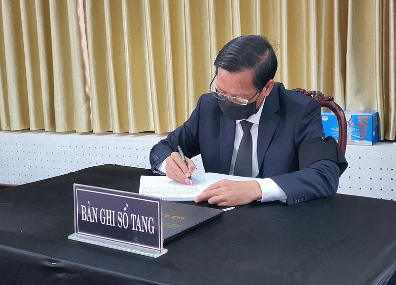 Bí thư Tỉnh ủy Phan Văn Mãi ghi vào sổ tang. Ảnh: Thanh Đồng