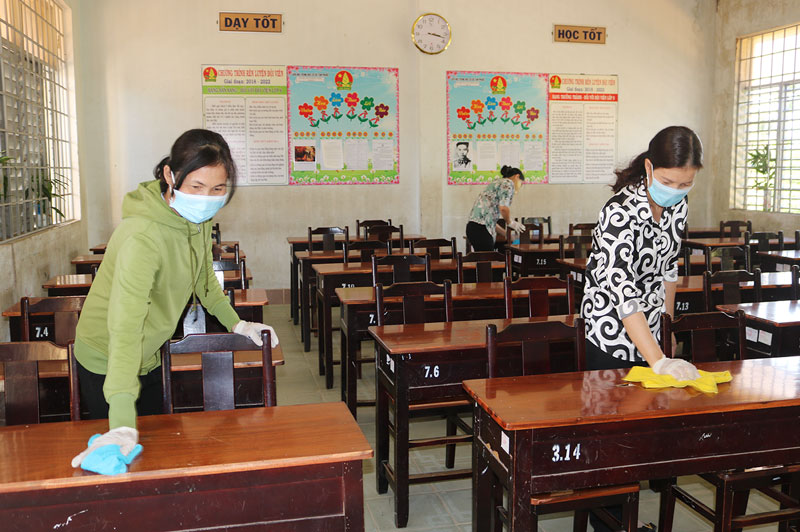 Cán bộ, giáo viên Trường THCS Tam Phước (Châu Thành) vệ sinh lớp học.