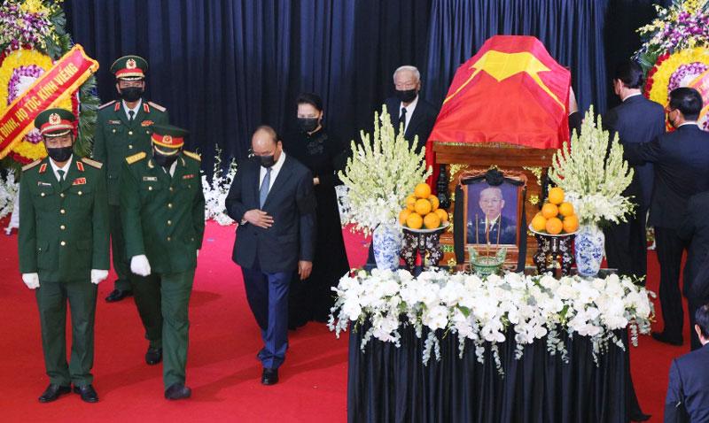 Đoàn Ban Chấp hành Trung ương Đảng Cộng sản Việt Nam do Thủ tướng Chính phủ Nguyễn Xuân Phúc làm Trưởng đoàn đến viếng. Ảnh: Phan Hân