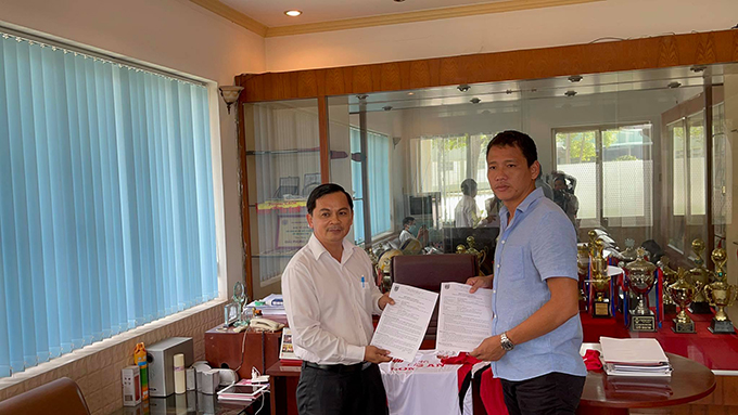 Chủ tịch CLB Long An - Võ Thành Nhiệm giới thiệu bản hợp đồng mới Anh Đức
