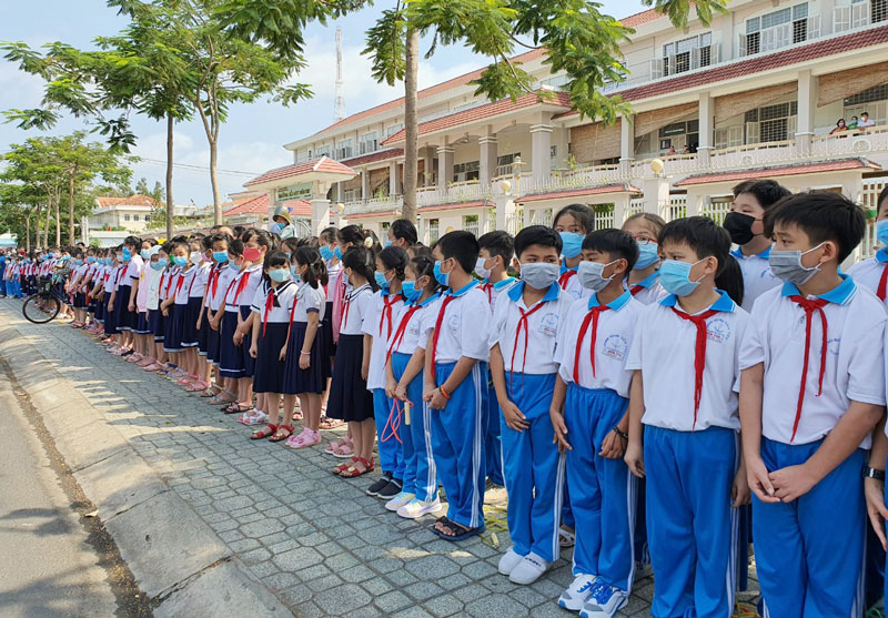 Học sinh Trường Tiểu học Bến Tre xếp hàng tiễn đưa linh cữu.