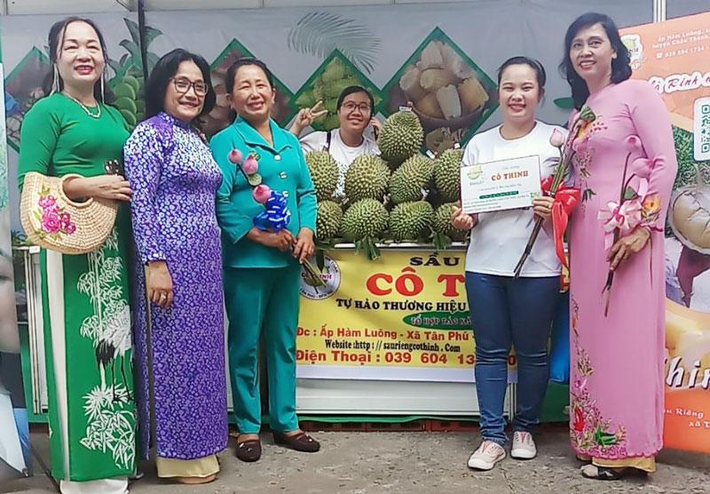 Tổ hợp tác sầu riêng Hàm Luông - Tân Phú tham gia hội chợ tại TP. Hồ Chí Minh.