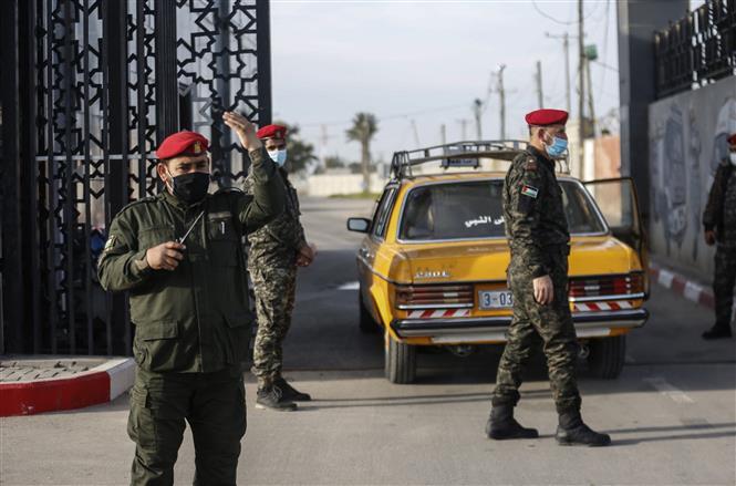 Lực lượng an ninh Palestine gác tại cửa khẩu Rafah ở khu vực biên giới phía Nam Dải Gaza, giáp Ai Cập ngày 9-2-2021. Ảnh: AFP/TTXVN