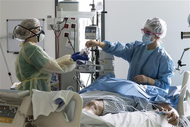 Điều trị cho bệnh nhân COVID-19 tại bệnh viện ở Colmar, Pháp ngày 26-3-2020. Ảnh: AFP/TTXVN
