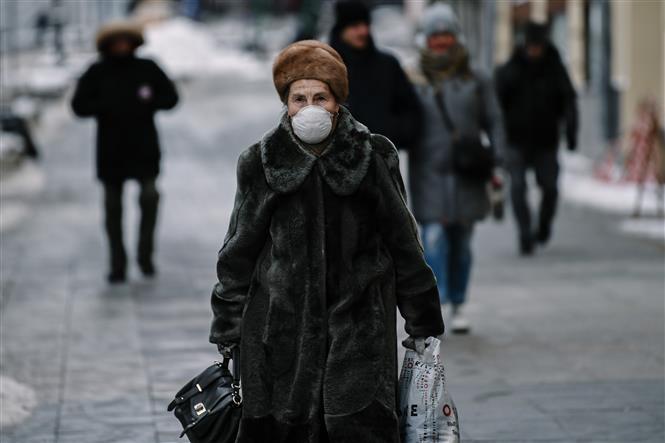Người dân đeo khẩu trang phòng lây nhiễm COVID-19 tại Moskva, Nga, ngày 23-2-2021. Ảnh: THX/ TTXVN