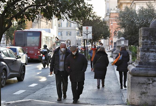 Người dân đeo khẩu trang phòng lây nhiễm COVID-19 tại Rome, Italy, ngày 27-1-2021. Ảnh: THX/TTXVN