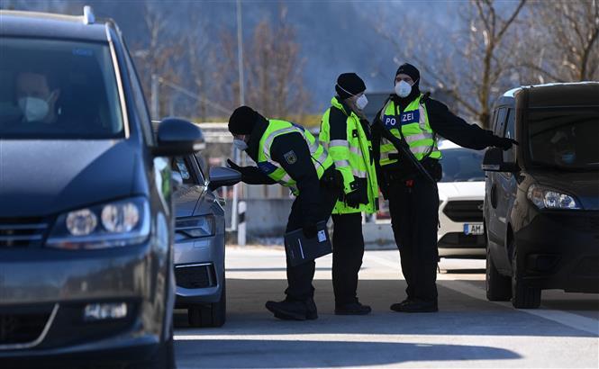 Cảnh sát kiểm tra các phương tiện tại khu vực biên giới Đức - Áo, gần làng Kiefersfelden, Đức, ngày 14-2-2021 trong bối cảnh dịch COVID-19 diễn biến phức tạp. Ảnh: AFP/ TTXVN
