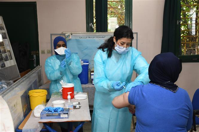 Nhân viên y tế tiêm vaccine phòng COVID-19 cho người dân tại Rabat, Maroc, ngày 3-2-2021. Ảnh: THX/ TTXVN