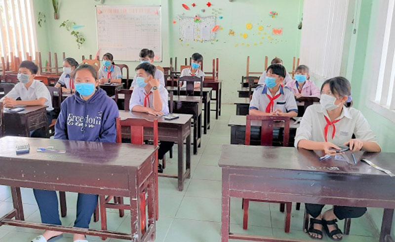 Thí sinh vào phòng thi chuẩn bị thi. Ảnh: Văn Minh