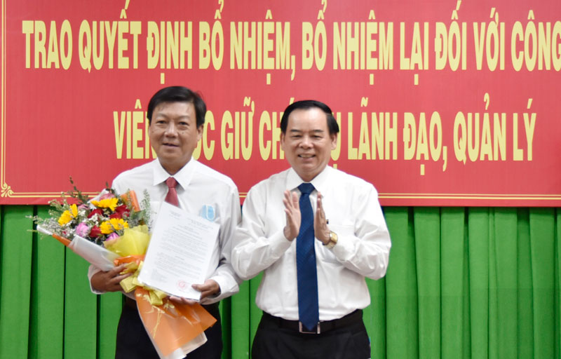 Chủ tịch UBND tỉnh Trần Ngọc Tam trao quyết định bổ nhiệm và tặng hoa cho đồng chí Phạm Thanh Hùng.