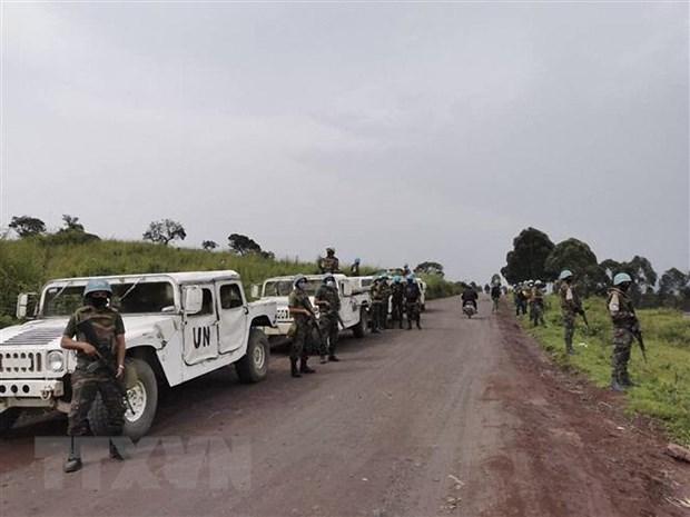Binh sỹ thuộc Phái bộ gìn giữ hòa bình của Liên hợp quốc tại CHDC Congo phong tỏa khu vực Kibumba, sau khi xảy ra vụ sát hại Đại sứ Italy ở nước này. (Ảnh: AFP/TTXVN)
