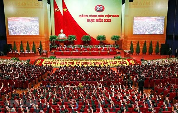 Các đại biểu biểu quyết, thông qua Nghị quyết Đại hội XIII của Đảng. Ảnh: TTXVN