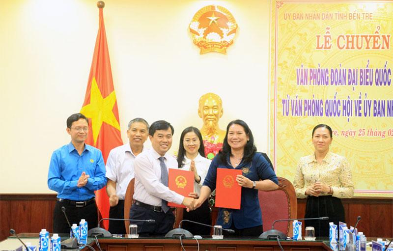 Phó chủ nhiệm Văn phòng Quốc hội Nguyễn Mạnh Hùng và Phó chủ tịch UBND tỉnh Nguyễn Thị Bé Mười ký biên bản chuyển giao công chức, người lao động.