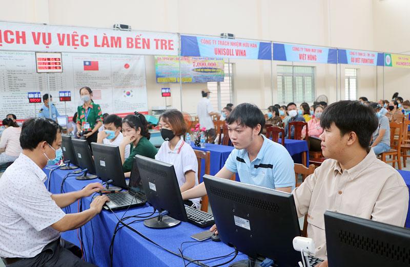 Người lao động dễ dàng tiếp cận hình thức tư vấn, tuyển lao động qua mạng xã hội.