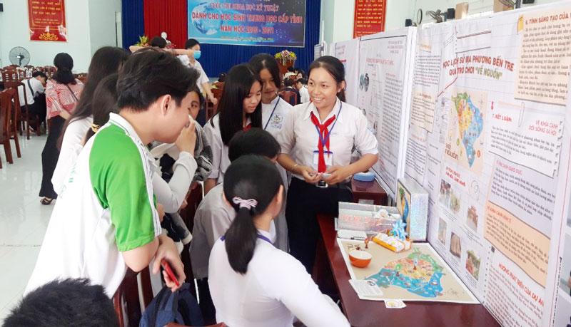 Học sinh tham gia Cuộc thi sáng tạo khoa học kỹ thuật dành cho học sinh năm học 2020-2021. Ảnh: Phan Hân
