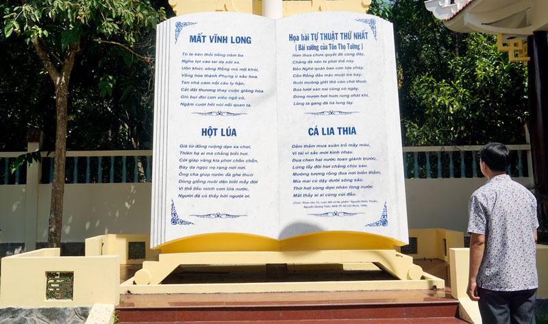 Biểu tượng quyển sách đề thơ nhà thơ Phan Văn Trị tại Phong Điền - Cần Thơ.