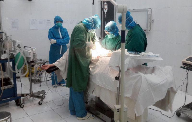 Y, bác sĩ mổ cấp cứu cho một trường hợp đang cách ly phòng chống dịch Covid-19 tại Bệnh viện đa khoa khu vực Ba Tri. Ảnh: BV