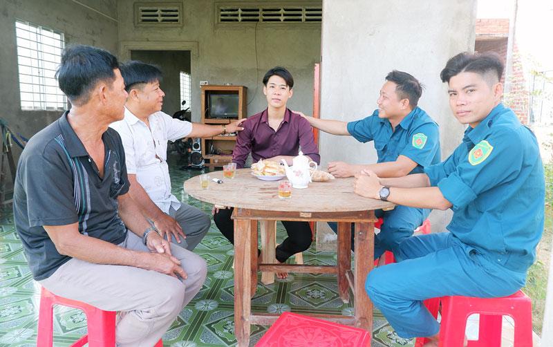 Địa phương và gia đình động viên thanh niên Huỳnh Văn Điền an tâm lên đường nhập ngũ.