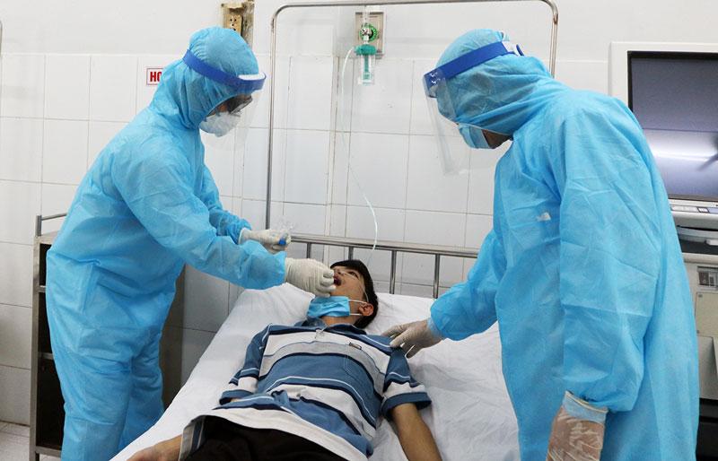 Cán bộ y tế Bệnh viện Nguyễn Đình Chiểu lấy mẫu xét nghiệm Covid-19. Ảnh: Phan Hân