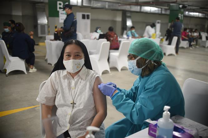 Nhân viên y tế tiêm vaccine phòng COVID-19 cho người dân tại Jakarta, Indonesia, ngày 24-2-2021. Ảnh: THX/ TTXVN