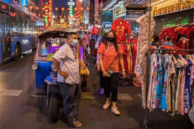 Người dân đeo khẩu trang phòng lây nhiễm COVID-19 tại Bangkok, Thái Lan, ngày 11-2-2021. Ảnh: THX/TTXVN