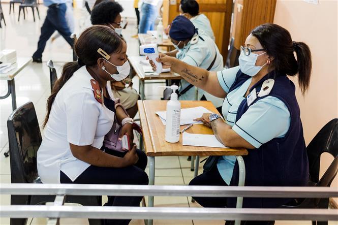 Nhân viên y tế Nam Phi kiểm tra thân nhiệt trước khi được tiêm vaccine ngừa COVID-19 tại bệnh viện ở Umlazi, phía Nam Durban ngày 18-2-2021. Ảnh: AFP/TTXVN