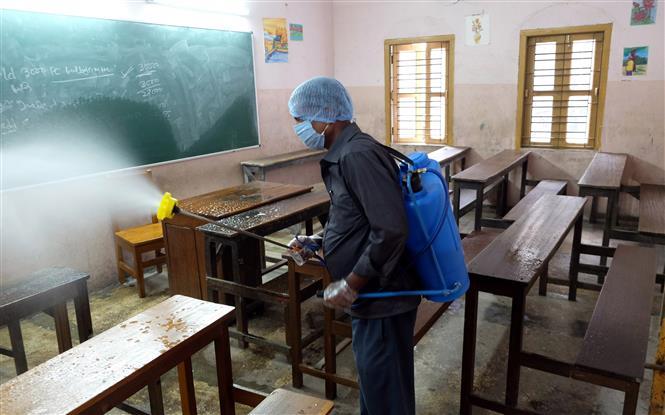Phun thuốc khử trùng tại một trường học ở Kolkata, Ấn Độ nhằm ngăn chặn sự lây lan của dịch COVID-19 ngày 24-2-2021. Ảnh: THX/TTXVN
