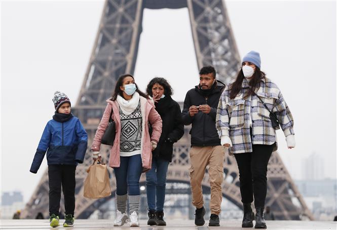 Người dân đeo khẩu trang phòng dịch COVID-19 tại Paris, Pháp ngày 27-1-2021. Ảnh: AFP/TTXVN