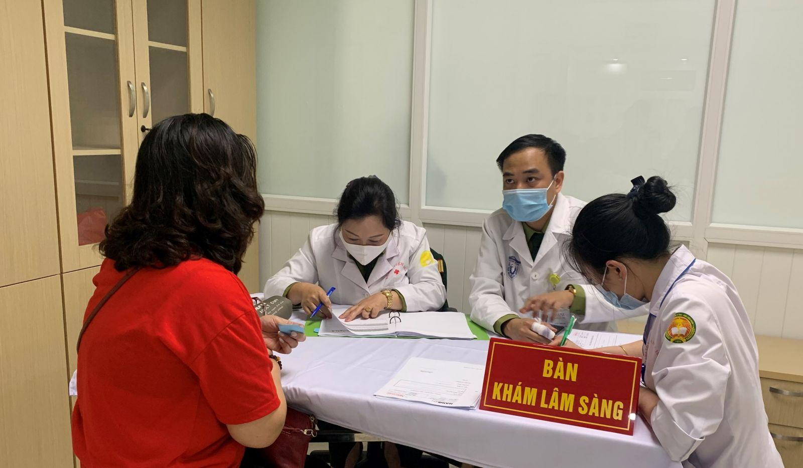Các tình nguyện viên đến khám sàng lọc tại buổi đầu tiên tiêm thử nghiệm giai đoạn 2 vaccine Nanocovax ở Học viện Quân Y. Ảnh: VGP/Hiền Minh