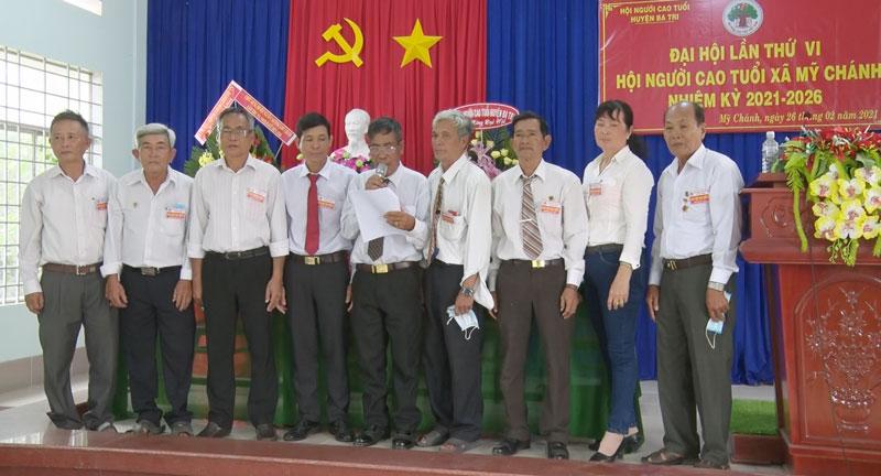 Ban Chấp hành Hội Người cao tuổi nhiệm kỳ mới ra mắt và hạ quyết tâm trước Đại hội. Ảnh: Trần Xiện