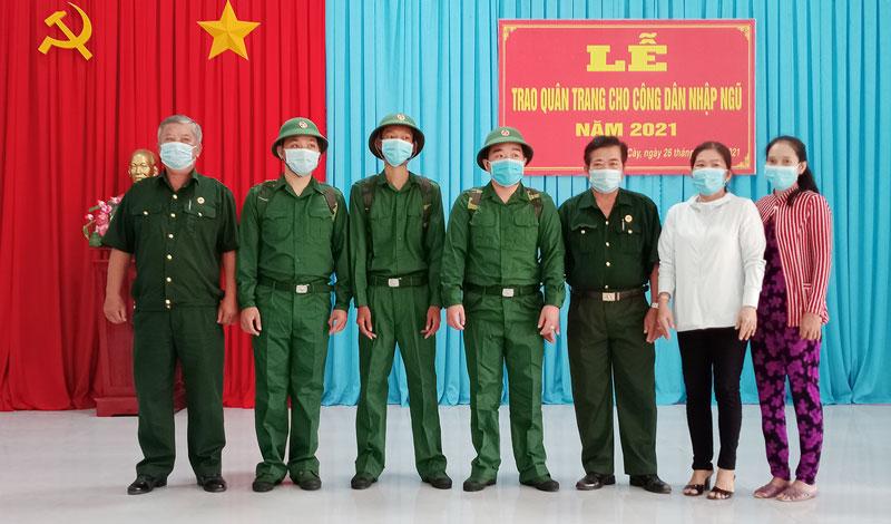 Trao quân trang cho các tân binh thị trấn Mỏ Cày trước lúc lên đường nhập ngũ. Ảnh: Ngọc Vũ