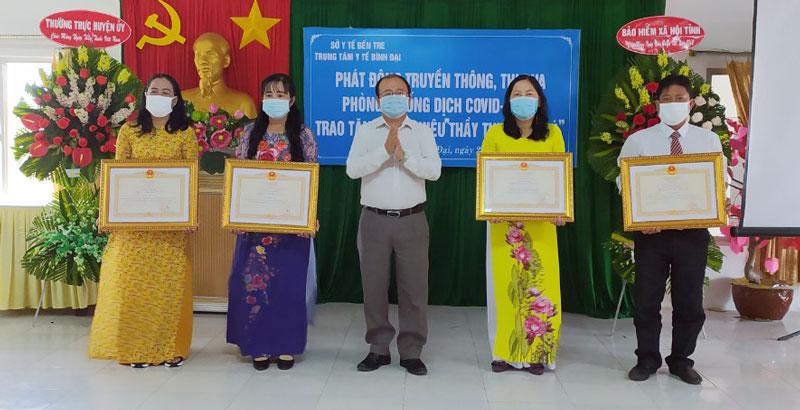 Bí thư Huyện ủy - Chủ tịch UBND huyện Nguyễn Văn Dũng trao danh hiệu thầy thuốc ưu tú cho các cá nhân. Ảnh: Sơn Tùng