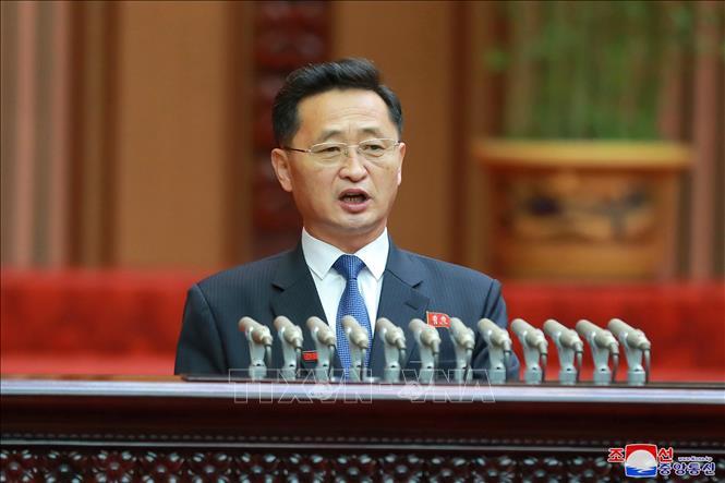 Thủ tướng Triều Tiên Kim Tok-hun trình bày báo cáo tại Hội nghị thứ 4 Hội đồng Nhân dân Tối cao (SPA - tức Quốc hội Triều Tiên) khóa 14 ở Bình Nhưỡng, ngày 17-1-2021. Ảnh: KCNA/TTXVN