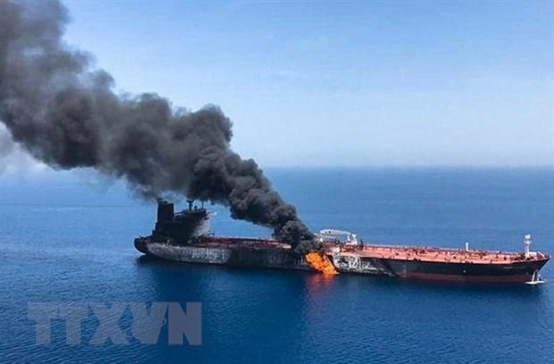 Khói lửa bốc lên sau một vụ nổ trên một con tàu ở Vịnh Oman ngày 13/6/2019. (Ảnh: AFP/TTXVN)
