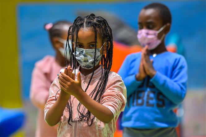 Học sinh thực hành sát khuẩn tay nhằm ngăn dịch COVID-19 lây lan tại lớp học ở Addis Ababa, Ethiopia, ngày 23-2-2021. Ảnh: THX/TTXVN