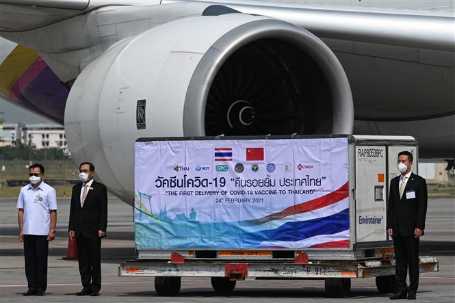 Thủ tướng Thái Lan Prayut Chan-o-cha (thứ 2, trái) cùng các quan chức tại lễ tiếp nhận lô vaccine ngừa COVID-19 của Sinovac Biotech ở sân bay quốc tế Suvarnabhumi, Bangkok ngày 24-2-2021. Ảnh: AFP/TTXVN