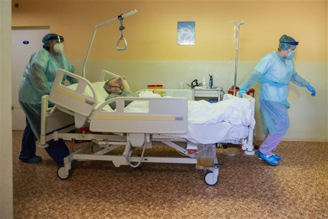 Nhân viên y tế chuyển bệnh nhân COVID-19 tại khoa điều trị tích cực của bệnh viện Stod ở Tây Bohemia, CH Séc ngày 25-2-2021. Ảnh: AFP/TTXVN