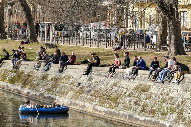 Người dân thư giãn bên dòng kênh Landwehr ở Berlin, Đức trong bối cảnh dịch COVID-19 vẫn diễn biến phức tạp, ngày 24-2-2021. Ảnh: THX/TTXVN