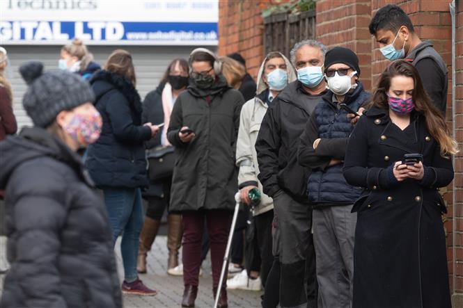 Người dân xếp hàng chờ xét nghiệm COVID-19 tại London, Anh, ngày 2-2-2021. Ảnh: THX/ TTXVN
