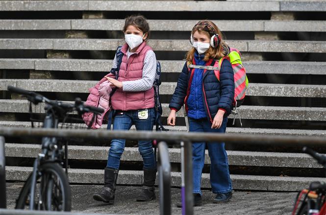Học sinh đeo khẩu trang phòng dịch COVID-19 tại Frankfurt, Đức ngày 22-2-2021. Ảnh: THX/TTXVN