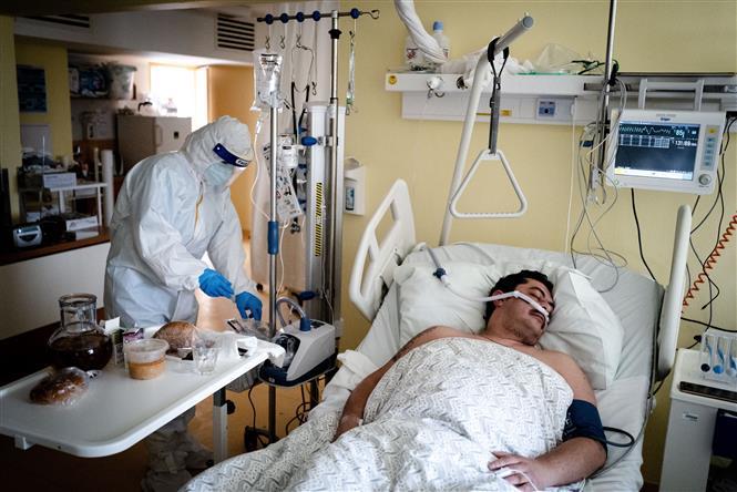 Nhân viên y tế điều trị cho bệnh nhân COVID-19 tại bệnh viện ở Bratislava, Slovakia ngày 24-2-2021. Ảnh: AFP/TTXVN