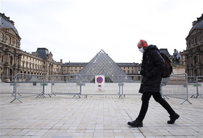 Cảnh vắng vẻ ở thủ đô Paris, Pháp khi lệnh hạn chế được ban hành nhằm ngăn dịch COVID-19 lây lan, ngày 19-2-2021. Ảnh: THX/TTXVN