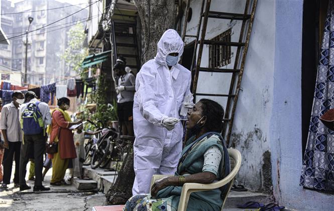 Nhân viên y tế lấy mẫu xét nghiệm COVID-19 cho người dân tại Mumbai, Ấn Độ, ngày 23-2-2021. Ảnh: THX/ TTXVN