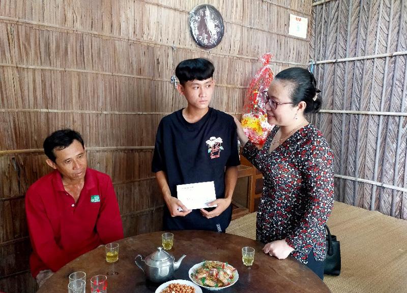 Bí thư Huyện ủy Nguyễn Trúc Hạnh thăm hỏi, động viên tân binh và gia đình. Ảnh: Diệu Hiền