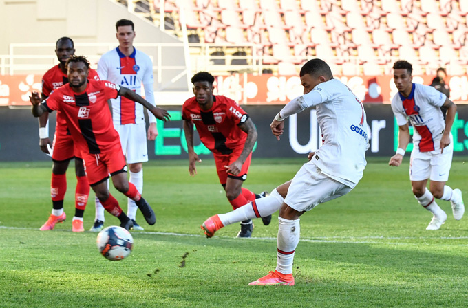 Mbappe nâng tỷ số lên 2-0 trên chấm 11m ở trận Dijon vs PSG