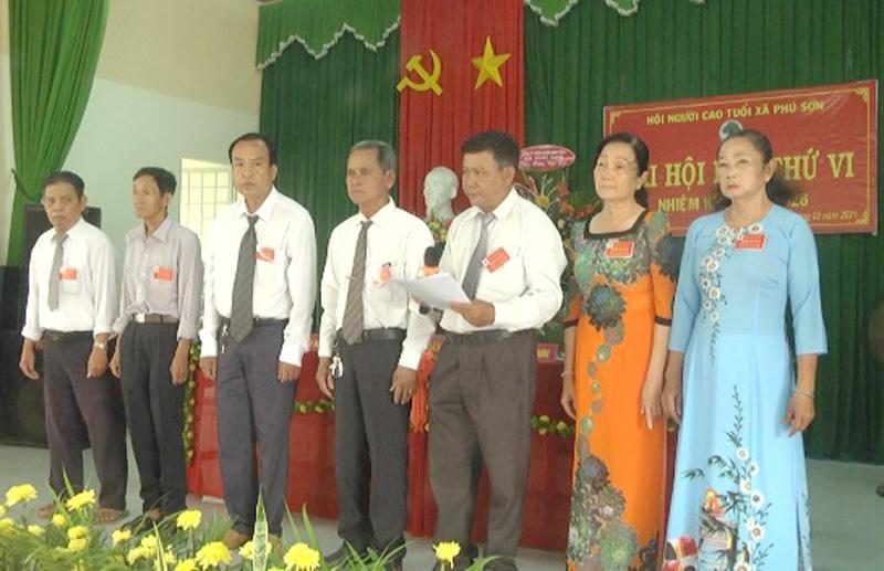 Ban Chấp hành Hội Người cao tuổi xã Phú Sơn, nhiệm kỳ 2021 - 2026 ra mắt và hạ quyết tâm. Ảnh: Ngọc Lãm