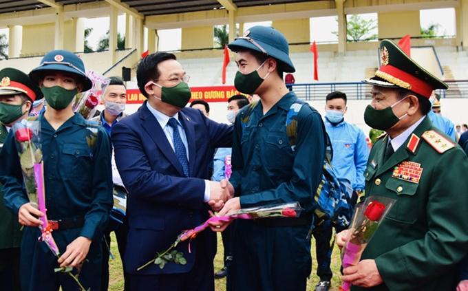 Bí thư Thành ủy Hà Nội Vương Đình Huệ tặng hoa, động viên các tân binh huyện Đông Anh lên đường nhập ngũ