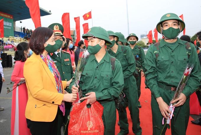Phó Bí thư Thường trực Thành ủy Hà Nội Nguyễn Thị Tuyến động viên các tân binh huyện Thanh Trì.